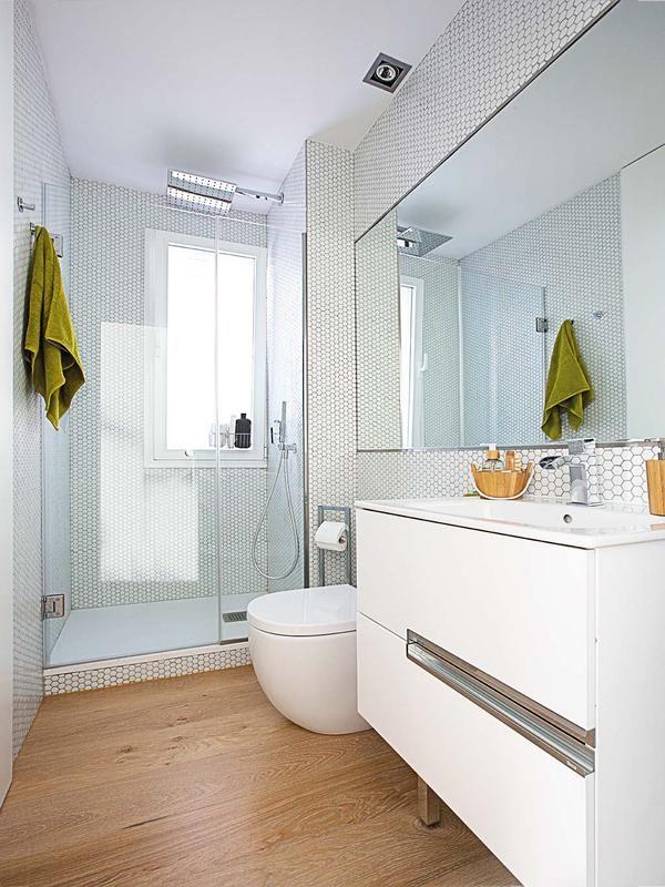 Un ba o luminoso en blanco puro banys cuarto de ba o for Azulejo de parquet negro imitacion