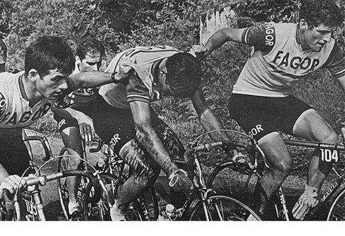 Demostración de pundonor y compañerismo que protagonizaron los corredores del equipo Fagor para tratar de llevar hasta la cima a su jefe de filas, el también debutante Luis Ocaña.