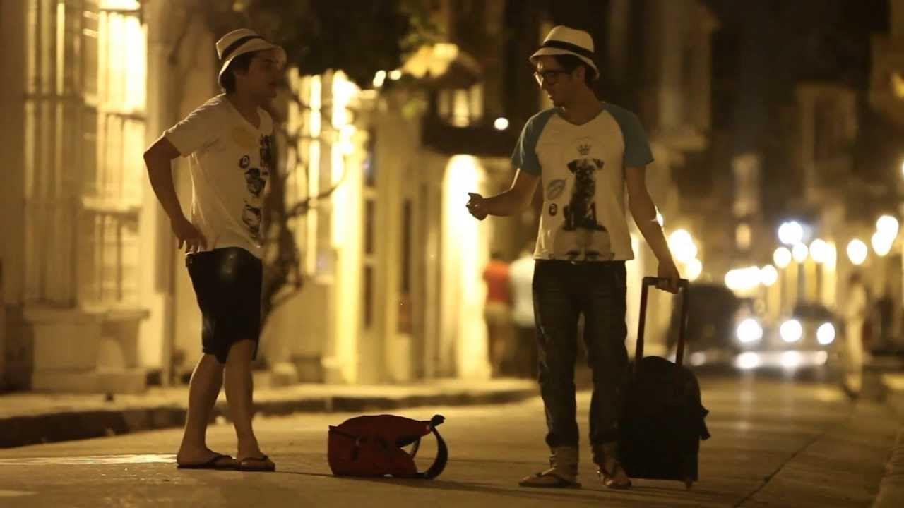 Viajeros conociéndose en una calle