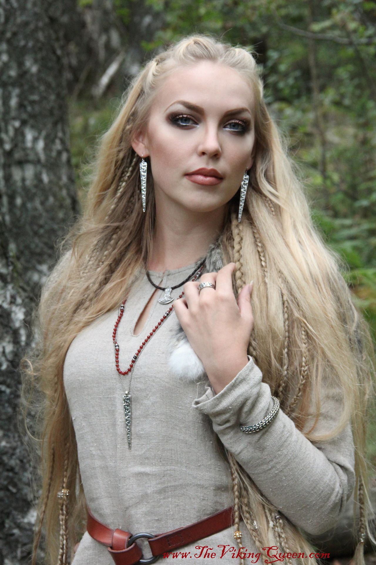 Although this is a model photo, it was a clear belief that the Vikings had the most beautiful women around him, and married the youngest and most beautiful of them all. Was not there some in the village, they had to take on the prowl, in other areas of the country to pick up girls / women who would bear them a lot of children..