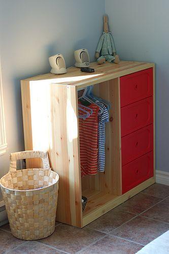 Une chambre Montessori pour le petit dernier | Rangement vetement ...