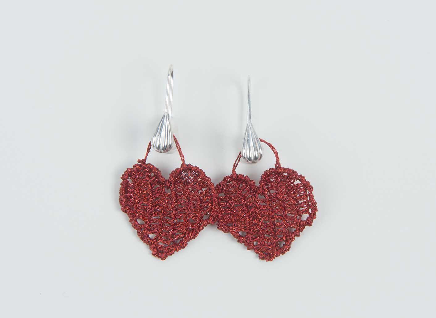 Son dos corazones realizados a ganchillo con hilo metálico de bordar y la fornitura de plata