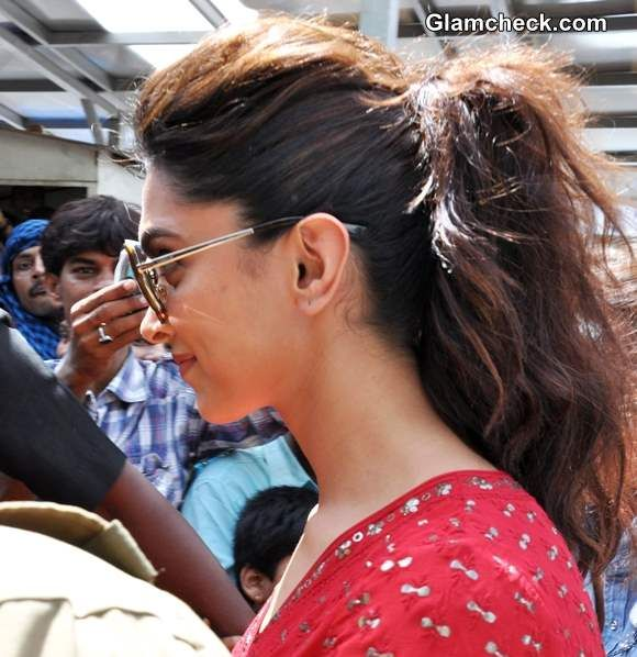 Deepika Padukone Sports Messy Ponytail to Temple Visit ...