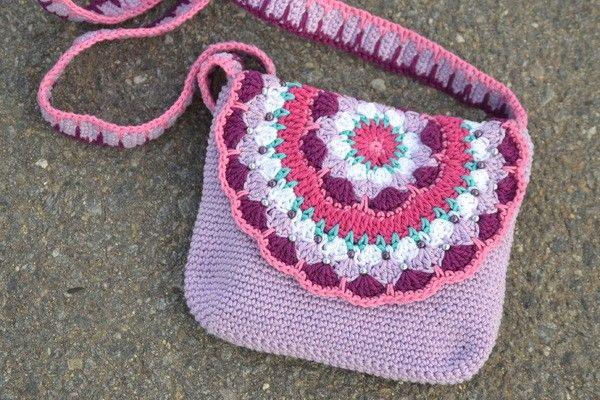 Jetzt mit Wollresten ein schönes Geschenk für Deine Tochter//Enkeltochter häkeln: Die Mandala-Tasche für Mädchen ist ein tolles Highlight. Leg los damit.