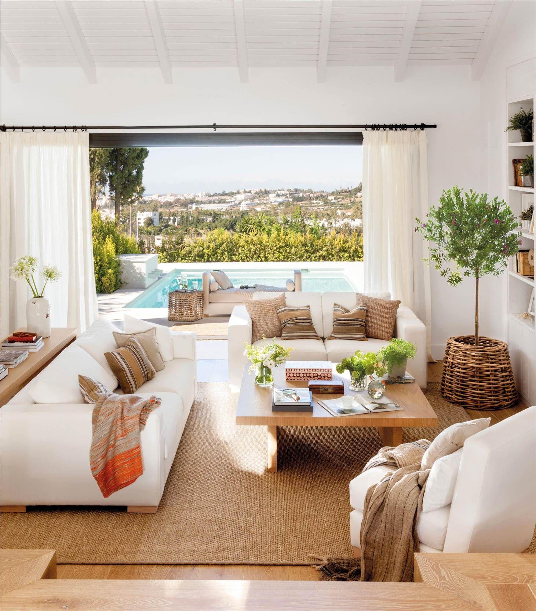 Sal n blanco con vistas a piscina sof s blancos cojines marrones y alfombra de sisal 00465229 - Cojines marrones ...