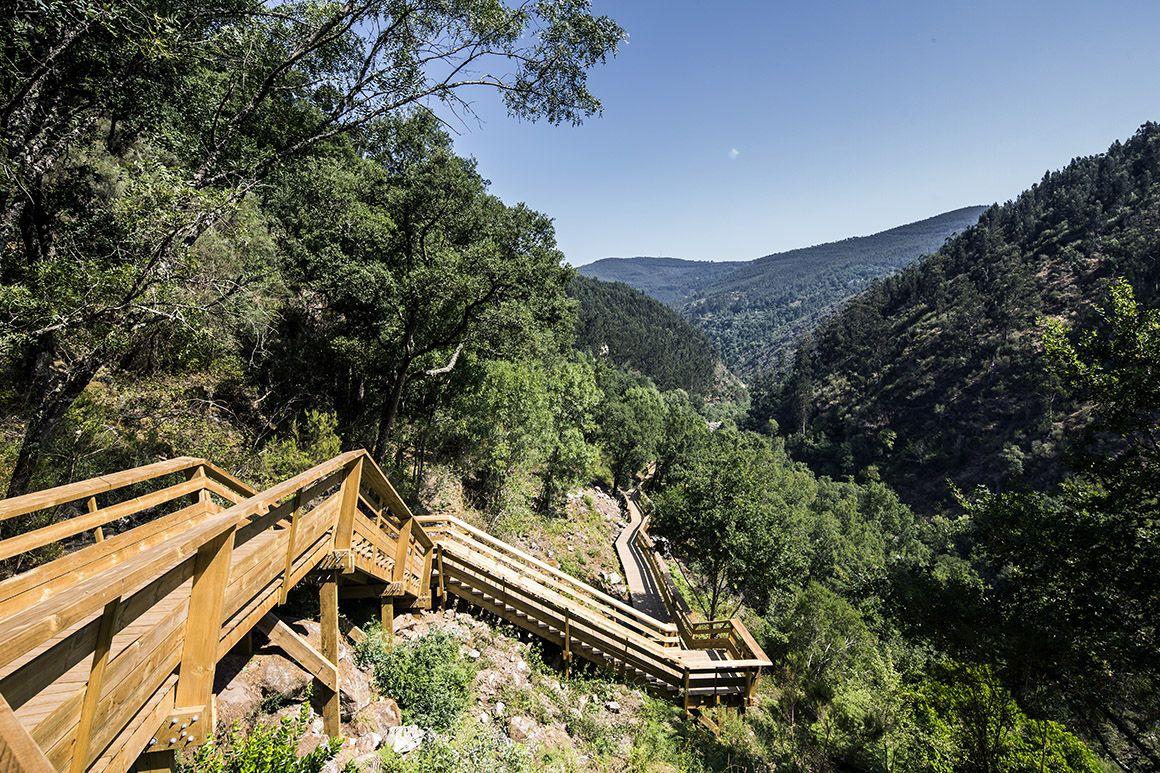 O passadiço sobre as escarpas do rio Paiva, em Arouca, reabriu ao público em Fevereiro com a afluência limitada a 3.500 visitantes diários, o que obrigará ao controlo online das entradas (agora a um euro). A estrutura de 8km