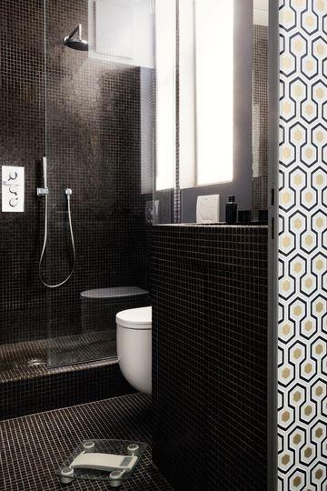 Une petite salle de bains où la baignoire est remplacée par une