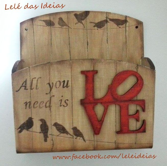 Porta correspondência em MDF com pintura decorativa com stencil, falso ripado e aplique LOVE. Tema: All You Need is Love.