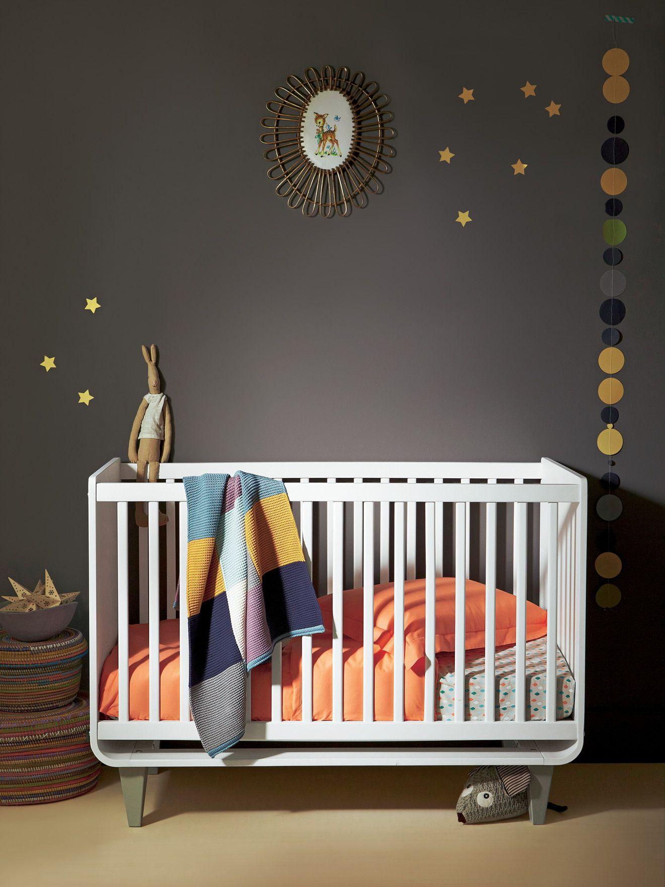 Lit bébé Neonid à barreaux, Chambre Bébé. Mur gris foncé fait ...