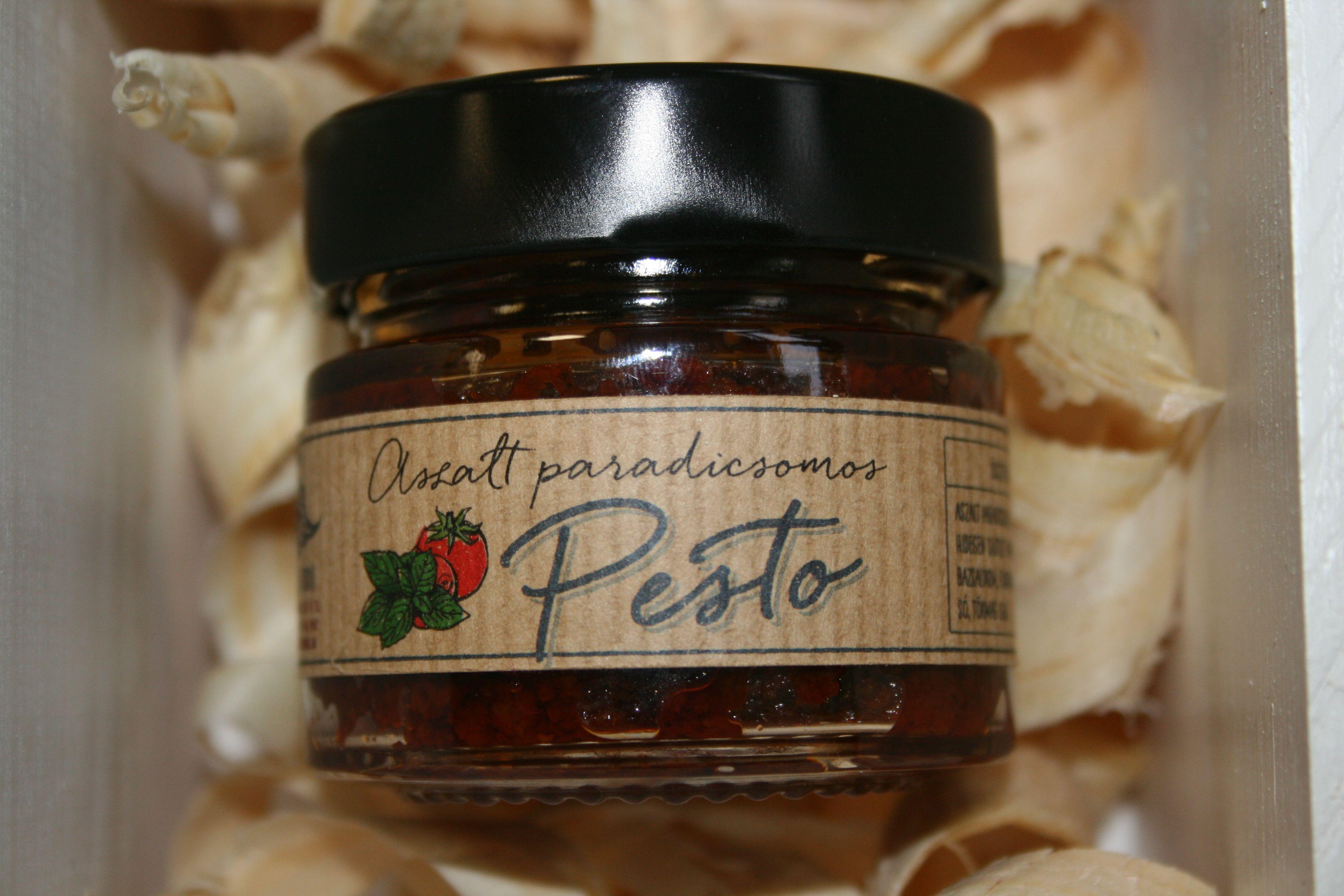 Paradicsomszósz Házi jellegű, kézműves termék, a hagyományos nagyanyáink által készített paradicsomszósz ízvilággal. Paradicsom, fokhagyma, bazsalikom, cukor, vöröshagyma, só, kakukkfű adja az ízek harmóniáját. Tartósítószert nem tartalmaz.