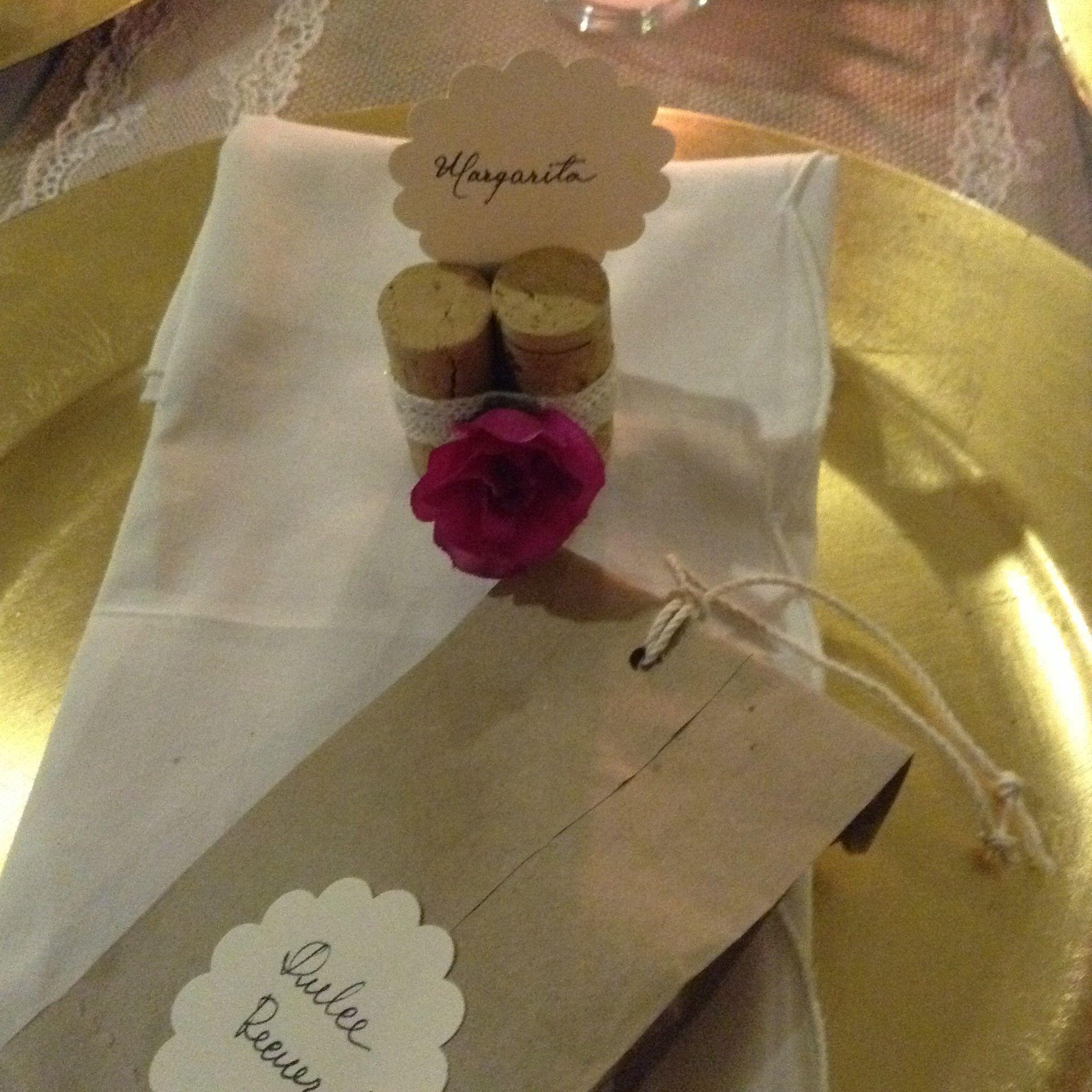 Marcación  de sitio con corchos atados con encajes, y bolsas en papel  con variedad de caramelos.