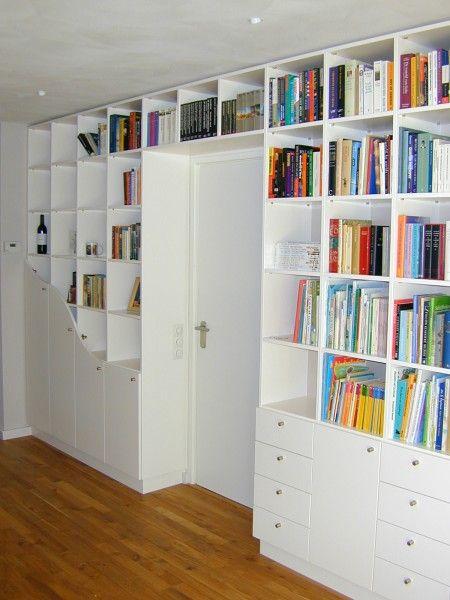boekenkast om de deur doorgebouwd