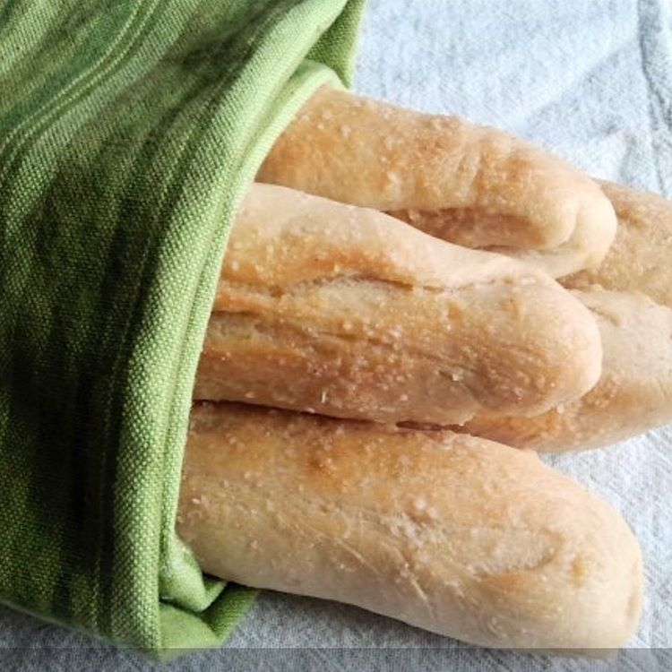 "23 Likes, 2 Comments - Readable Eats (@readableeats) on Instagram: ""Visit the blog for this fabulous Olive Garden Breadsticks recipe. These are the perfect pair with…"""