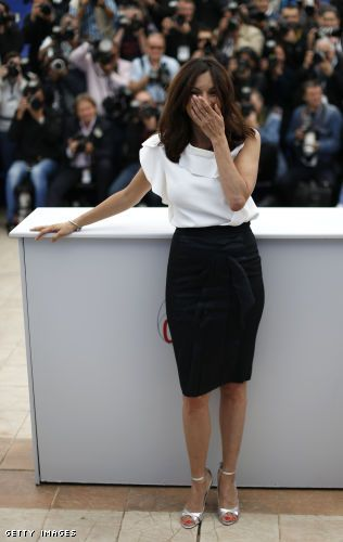 How To Wear A White Top And Black Bottom For Elegant Accessible