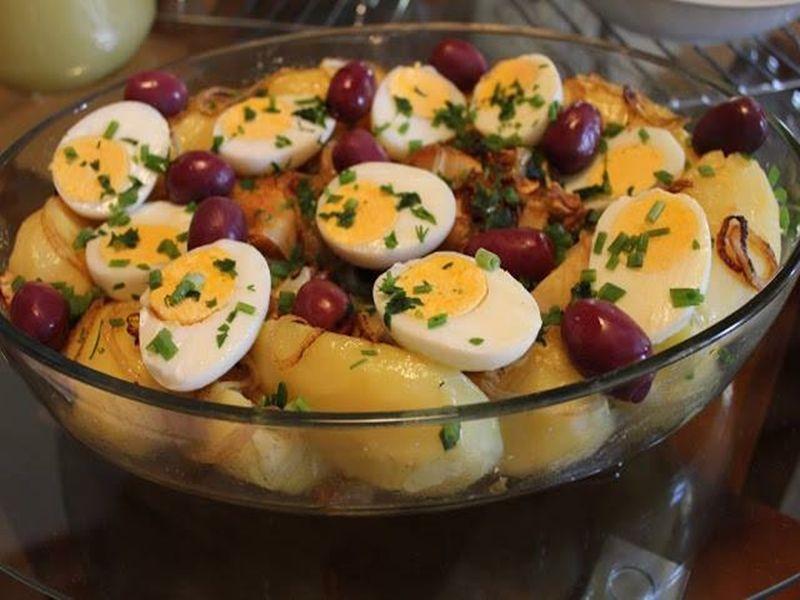 Bacalhau com Batatas, Cebola e Ovos - http://www.receitasbrasileiraseportuguesas.com/bacalhau-com-batatas-cebola-e-ovos/