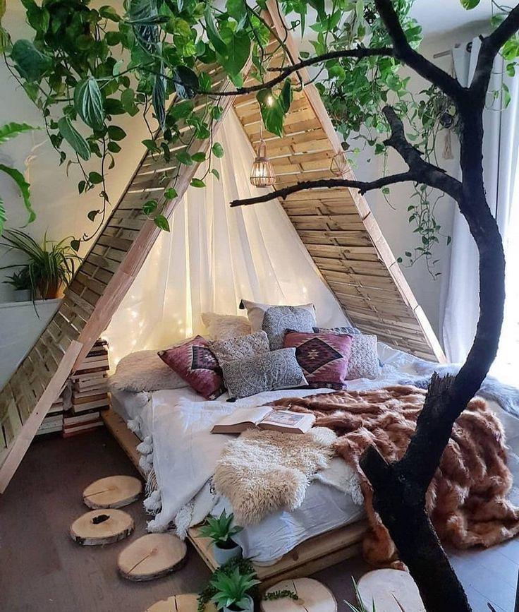 Die Innenräume der vom Baumhaus inspirierten Kabine sind aus Holz #bohemianbedrooms