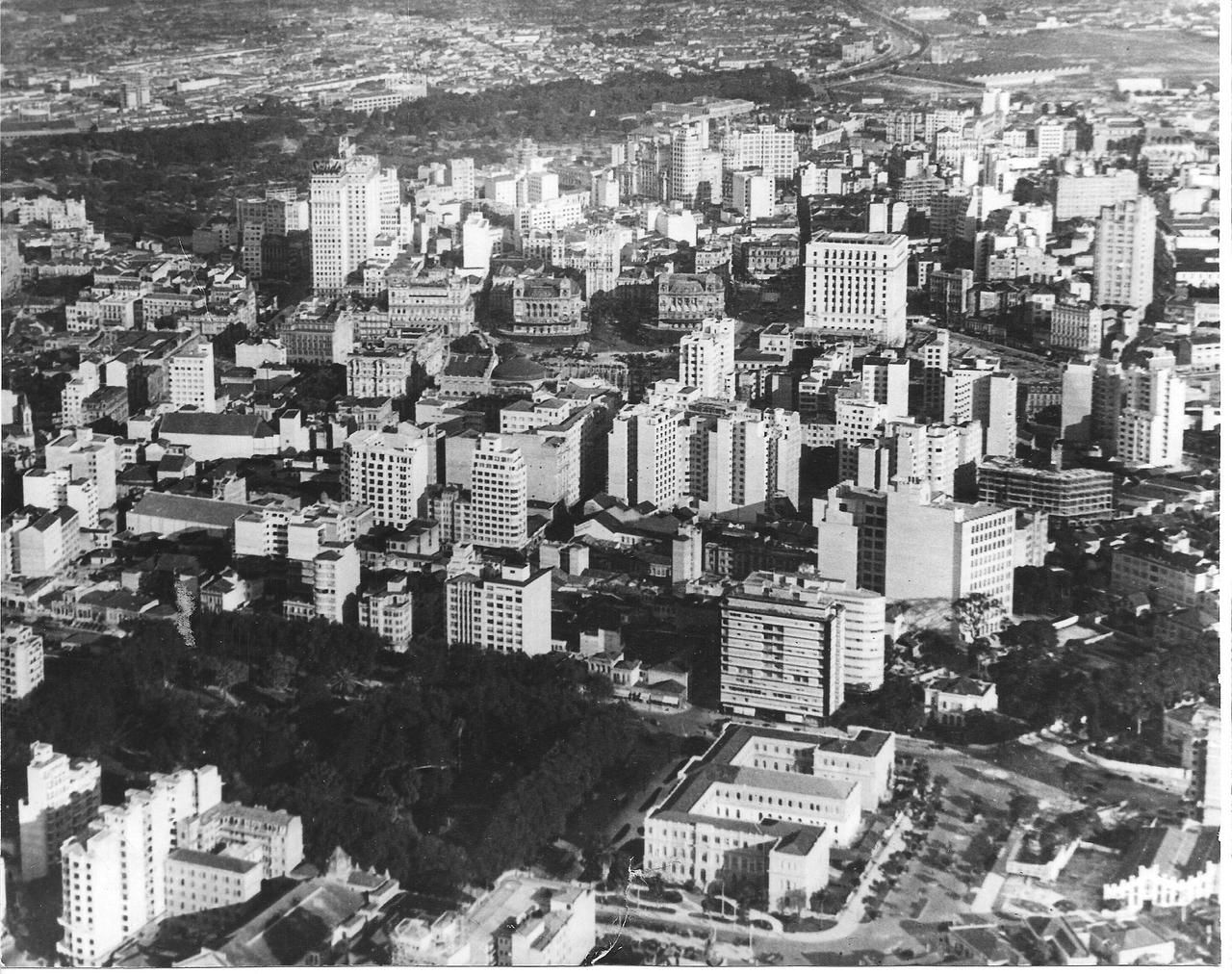 Vista aérea do Centro de São Paulo, 1940. Em primeiro plano, a Praça da República. No centro da imagem, duas construções semelhantes: os Palacetes Prates. Inicialmente, eram 3, mas nessa foto restavam apenas 2. O terceiro ficava onde está o Edifício Matarazzo (quadradão ao lado direito dos Palacetes Prates), atual sede da Prefeitura de São Paulo. Em frente aos Palacetes Prates fica o Vale do Anhangabaú.