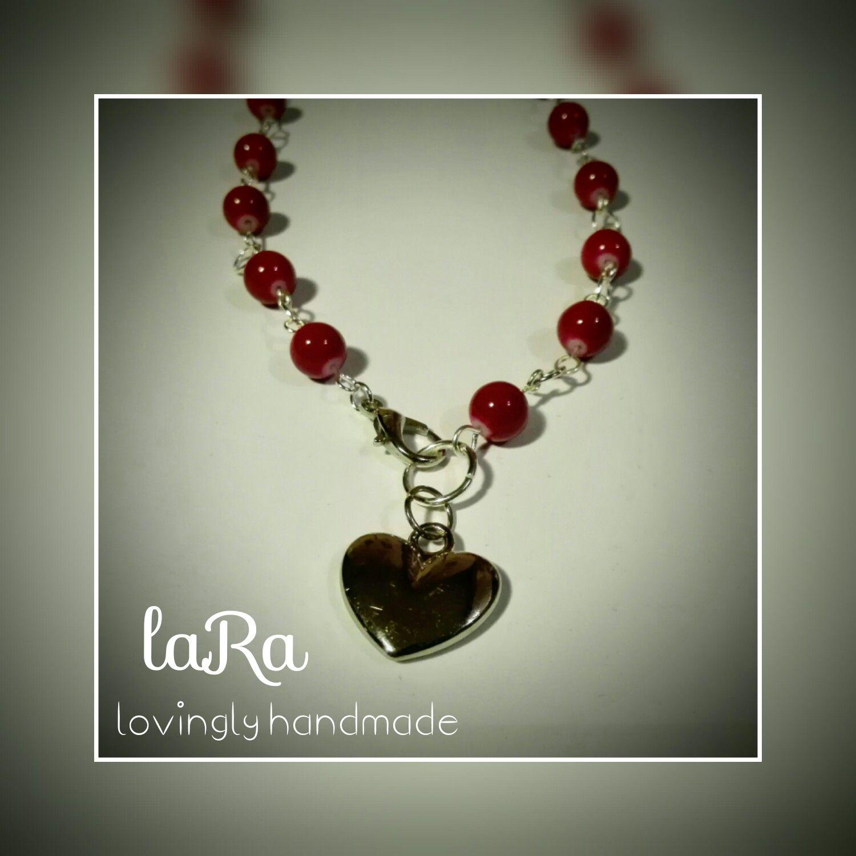 Collana con maglia realizzata a mano, perle tonde fuxia e cuore pendente in acciaio.