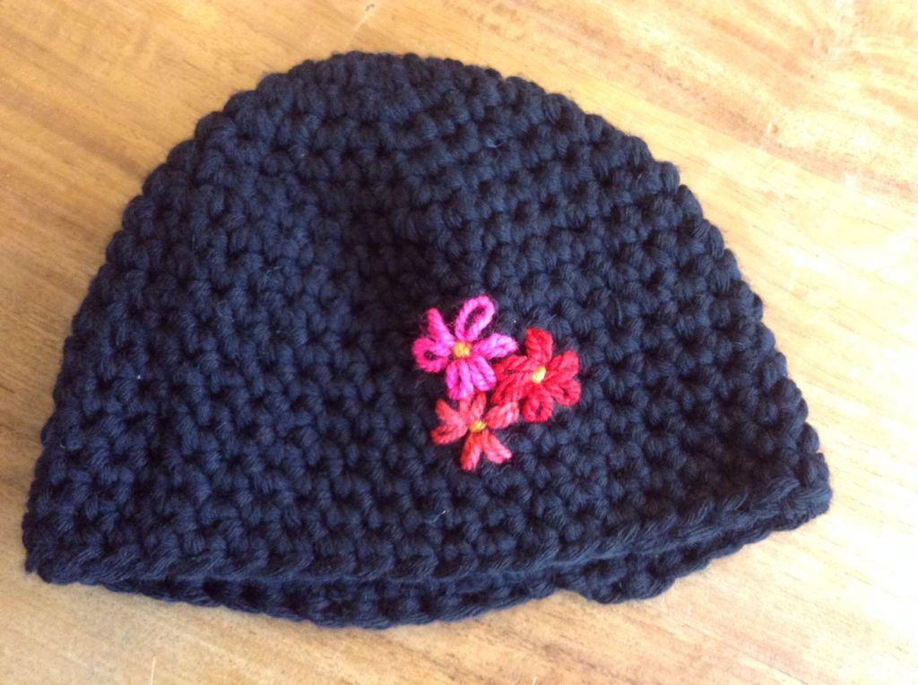 Zwarte gehaakte muts met geborduurde bloemen   Knitting & crochet ...
