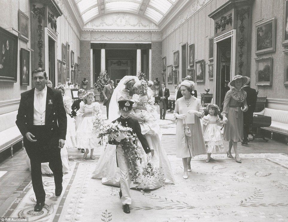 Rare, Never Before Seen Photos Of Princess Diana On Her Wedding Day… WOW At The Queen. - http://www.lifebuzz.com/royal-wedding/