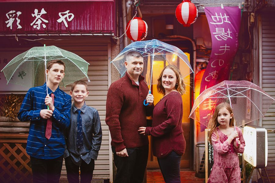 Yokosuka Photographer : Rainy Day Photos | Family photos with Umbrellas Tokyo Kamakura Photographer Navy