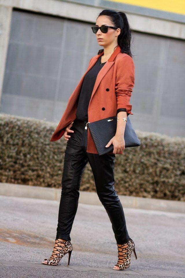 schwarze lederhosen ziegelroter blazer und leoparden sandalen business pinterest outfit. Black Bedroom Furniture Sets. Home Design Ideas