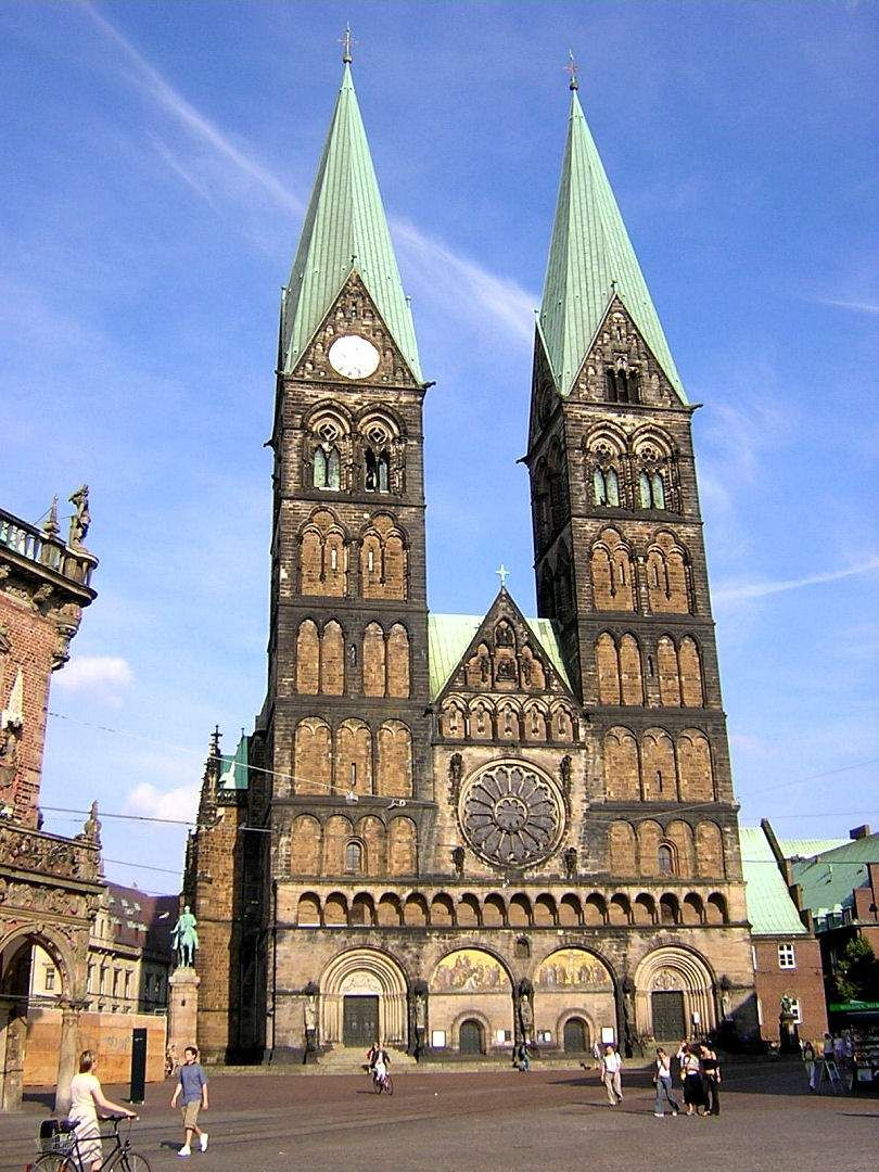 La primera estructura de la catedral de San Pedro fue una iglesia de madera construida por San Willehad, uno de los primeros misioneros de los frisones. La iglesia fue edificada hacia el año 789 guardando relación con la creación de la Diócesis de Bremen y con Willehad como el primer obispo. Sólo tres años después, los sajones atacaron y quemaron Bremen y su pequeña catedral de madera. Poco tiempo después fue construida, en varias etapas, una nueva iglesia catedral en piedra arenisca local.