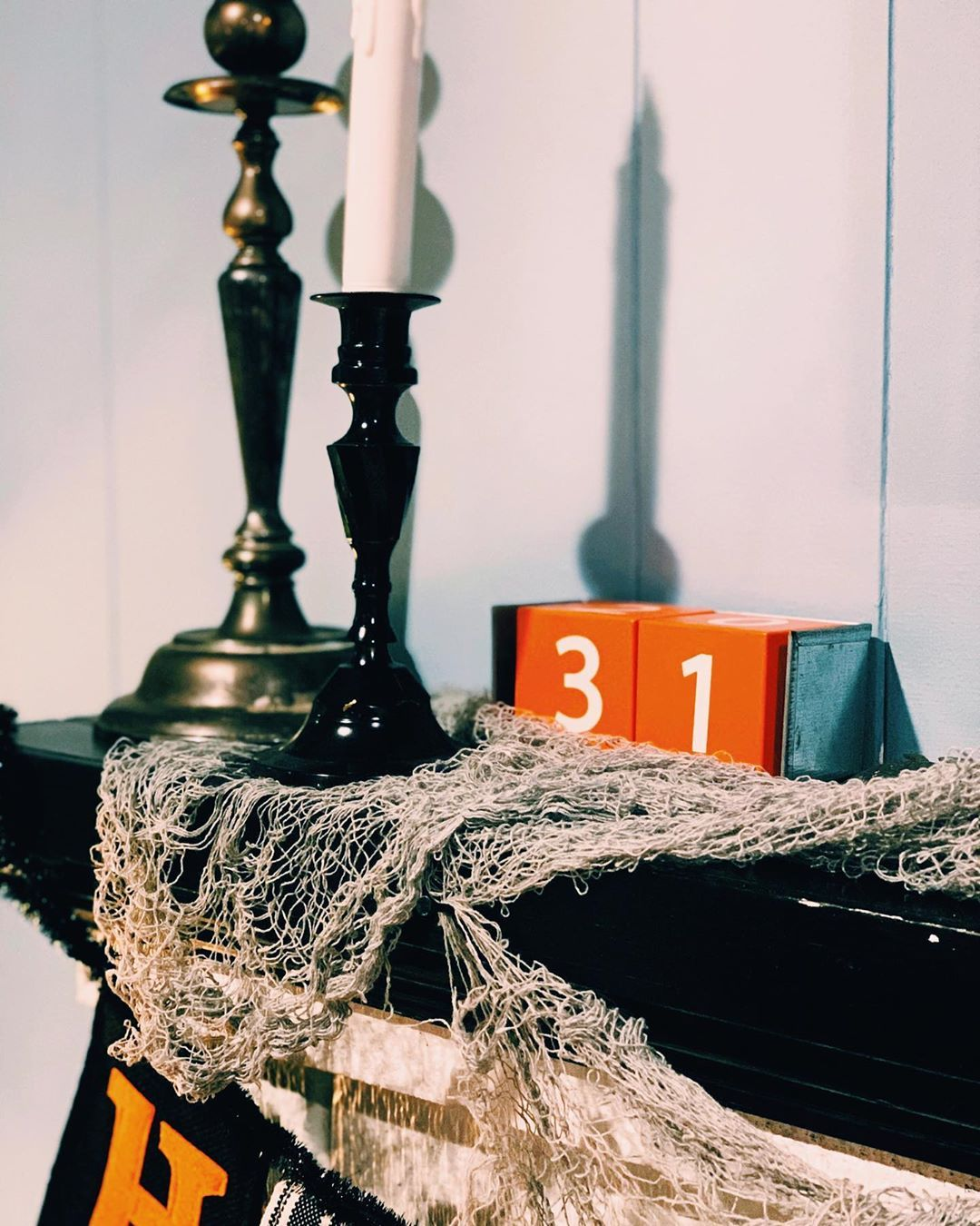 The 10 day count down is on! I'm in full Halloween mode now after our fun events at work over the weekend #booatthezoo . Lots of scary movies and fall candles over the next week! Here is a shot of my simple living room mantle. . Tune in mid week for a new blog post on creating a spooky chili bar, step by step! #chilibar