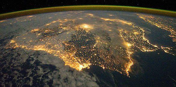 """España (y Portugal) """"at night"""". (Imagen tomada por la tripulación de la Estación Espacial Internacional)."""