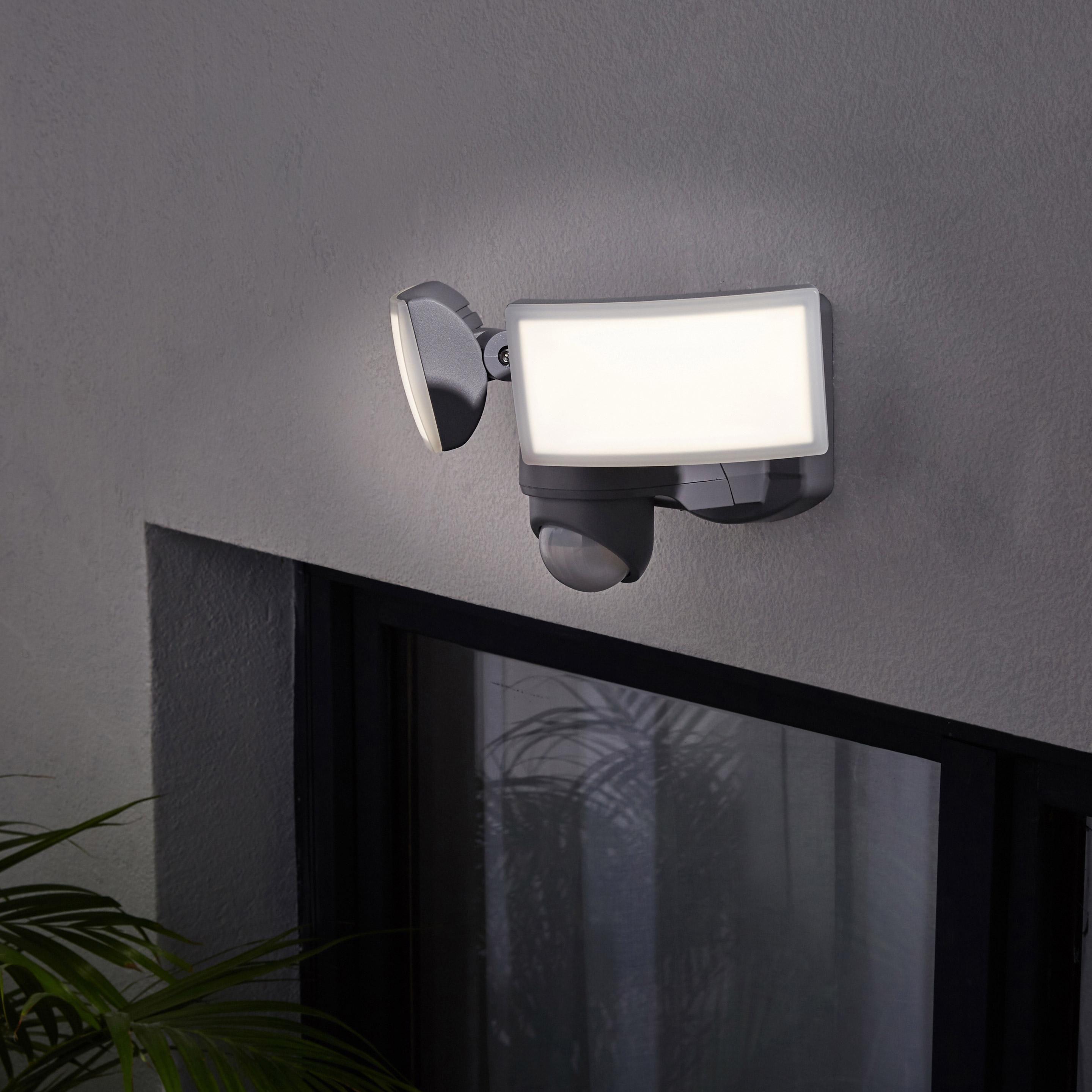 Projecteur Trepied Exterieur Led Integree 1700 Lm Argent Seffner Inspire Avec Images Projecteur Projecteur Led Led