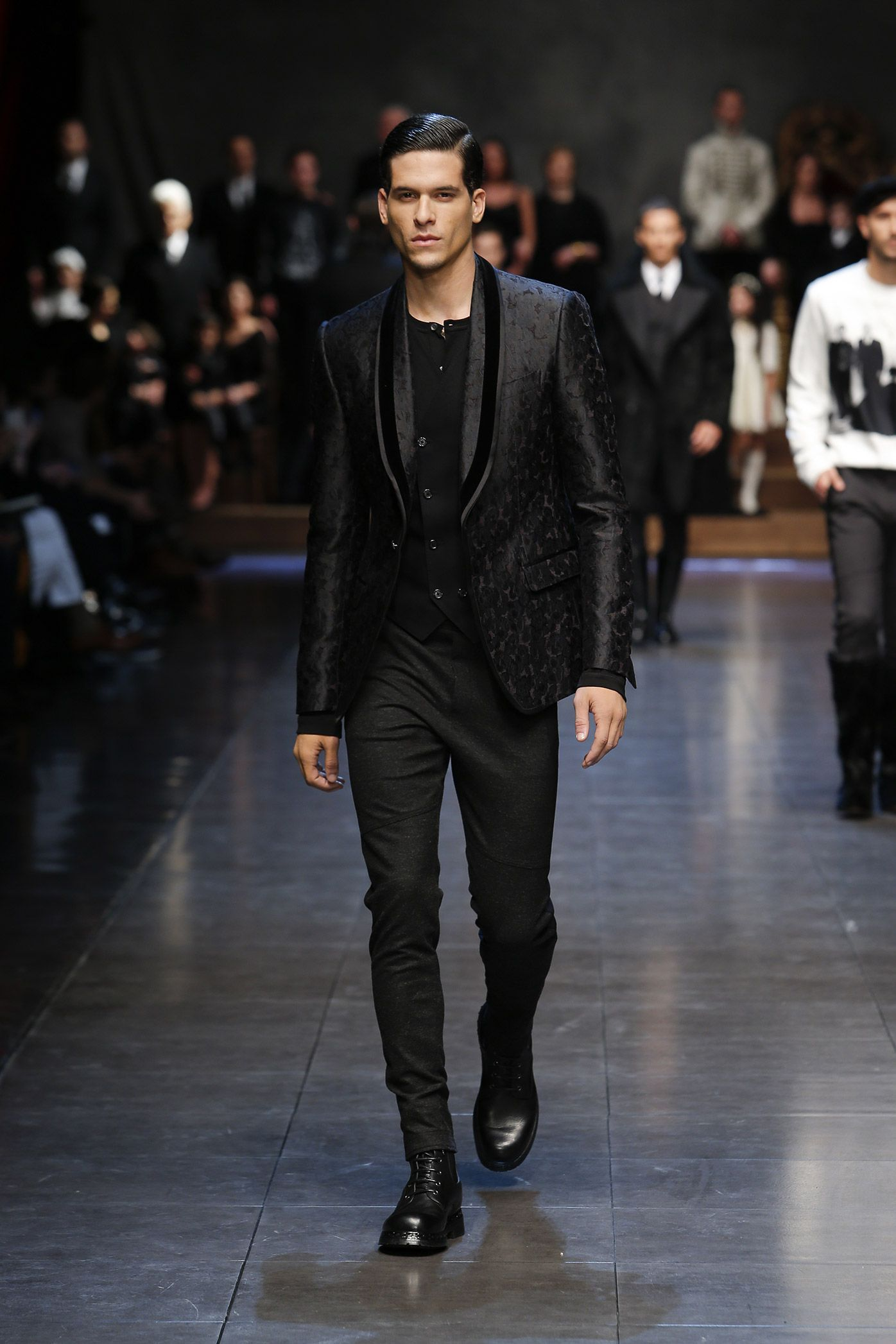 dolce-and-gabbana-winter-2016-man-fashion-show-runway-17 541efa95d18