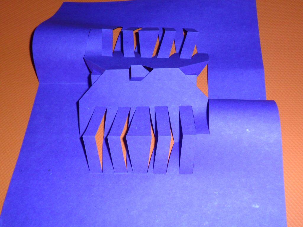 Cortes y dobleces paralelos con un eje