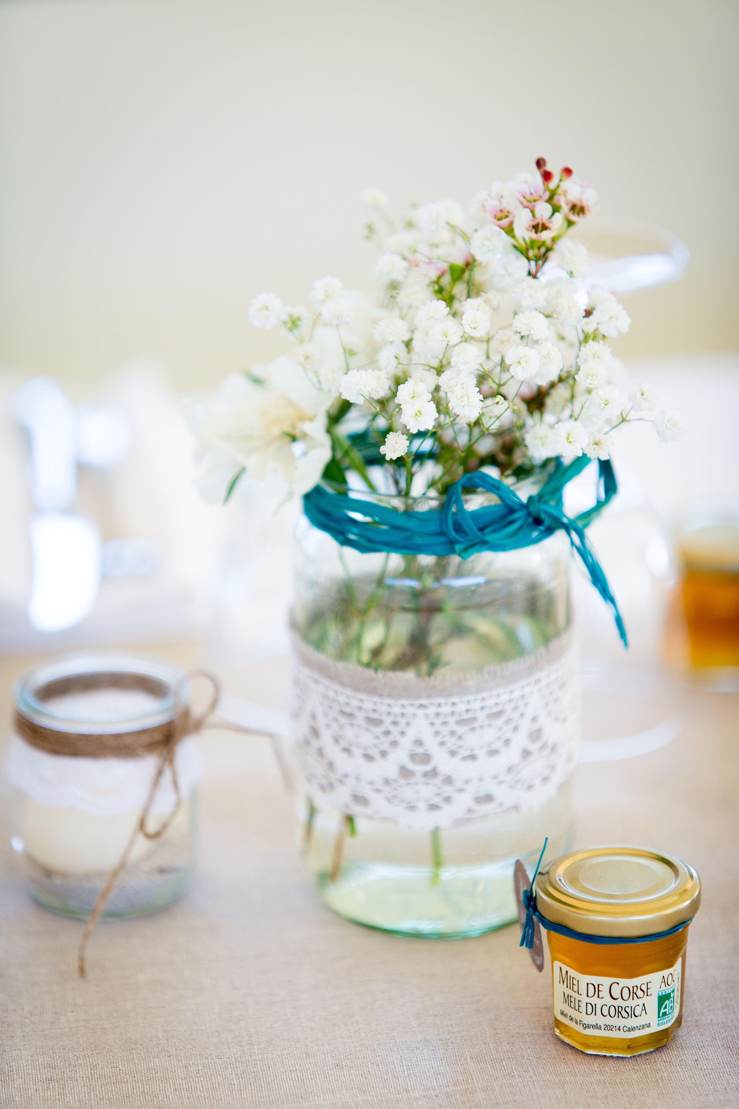 déco de table, chemin de table en lin, bougies et fleurs (gypsophile