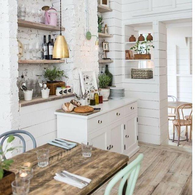 küche#einrichten#tisch#stuhl#kommode#weiss#holz#türkis#lampe - küche weiß mit holz