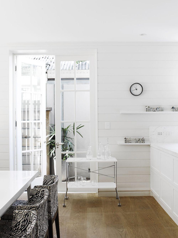 奥行きのある白基調の空間 横張りの壁板と格子窓を組み合わせた