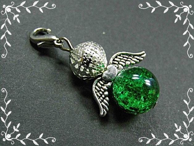 *_UNIKAT_*  Engelchen Anhänger bestehend aus einer grünen Glascrackleperle, einer filigranen, silbernen Metallperle sowie kleinen, filigranen silberfarbigen Engelsflügeln.  Länge incl....