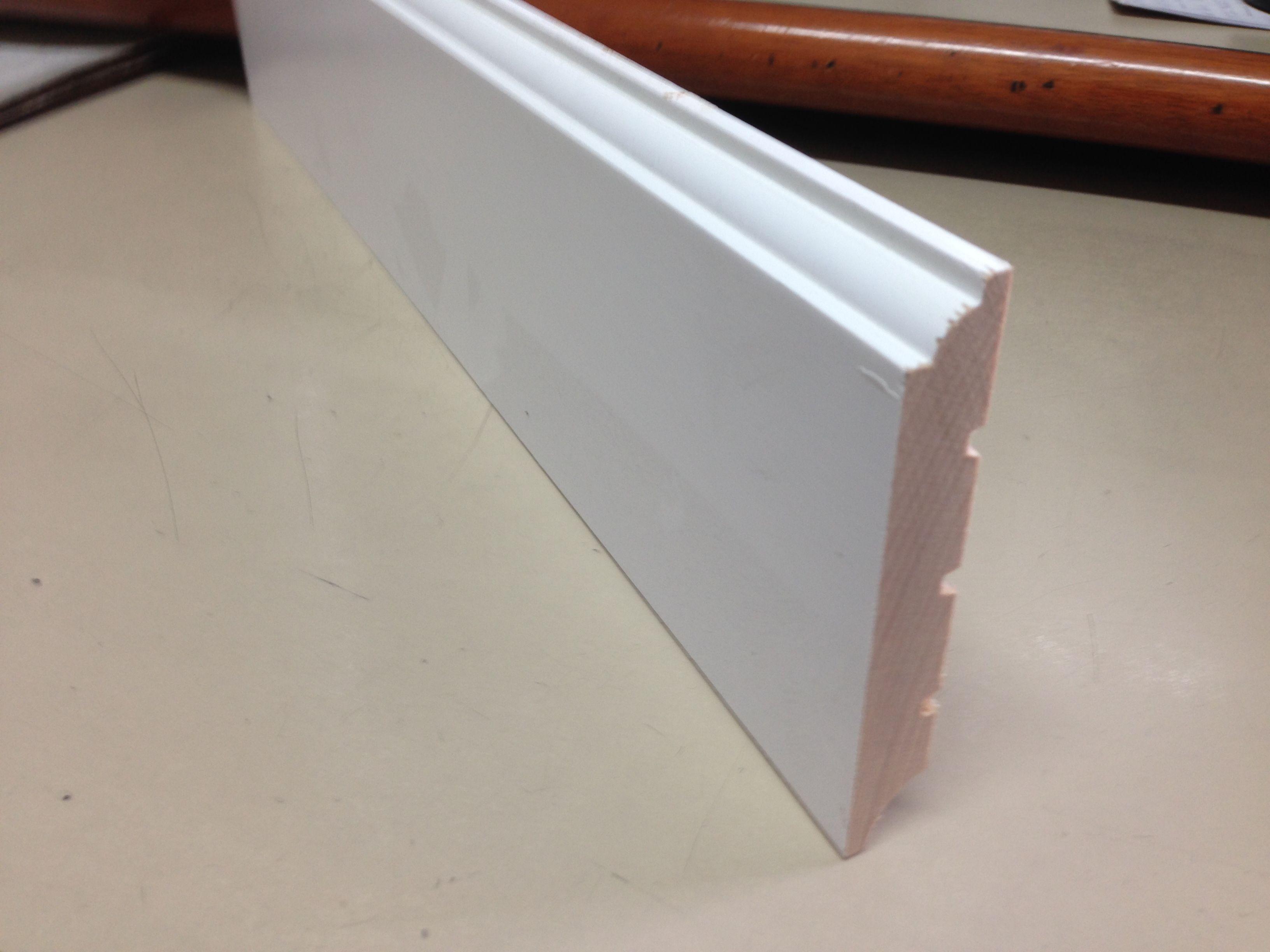 zocalo rodapie madera maciza lacado en blanco con canto con