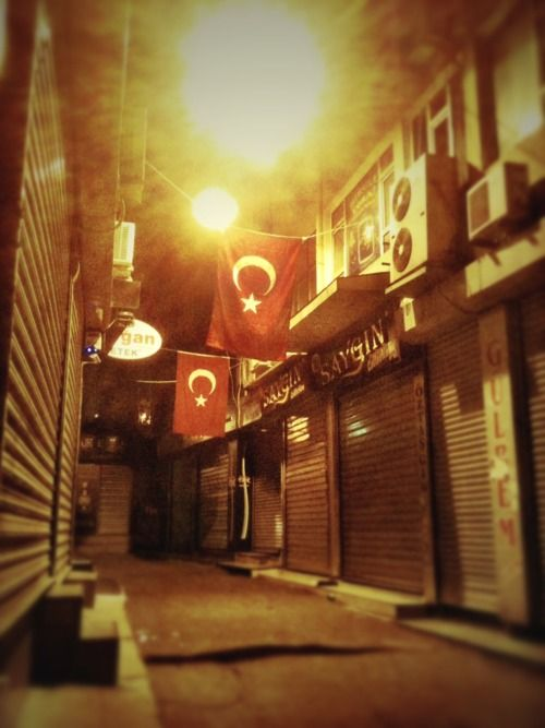 The area around the Süleymaniye Mosque was amazing at night. A bit scary walking the deserted alleys in a foreign city, kinda haunting but at the same time really magical. Surreal lighting and Turkish flags hung vertically everywhere.