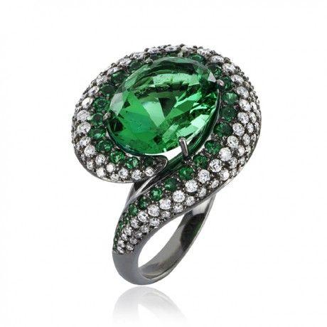 Anel Amazonas. Anel em ouro branco 18k com esmeralda central de 4,04ct, esmeraldas menores e diamantes com acabamento em ródio negro.
