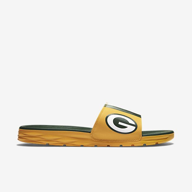REPRESENT YOUR TEAM The Nike Benassi Solarsoft (NFL Packers) Men's Slide features a textured footbed and soft, pliable foam midsole for massaging comfort and plush cushioning. A team logo and colors stand out to show your support. Benefits Synthetic leather strap offers comfort and durability Dual-density foam midsole and textured footbed create soft cushioning and a massaging effect Solarsoft foam outsole for durability and traction Aggressive traction pattern and flex grooves provide…