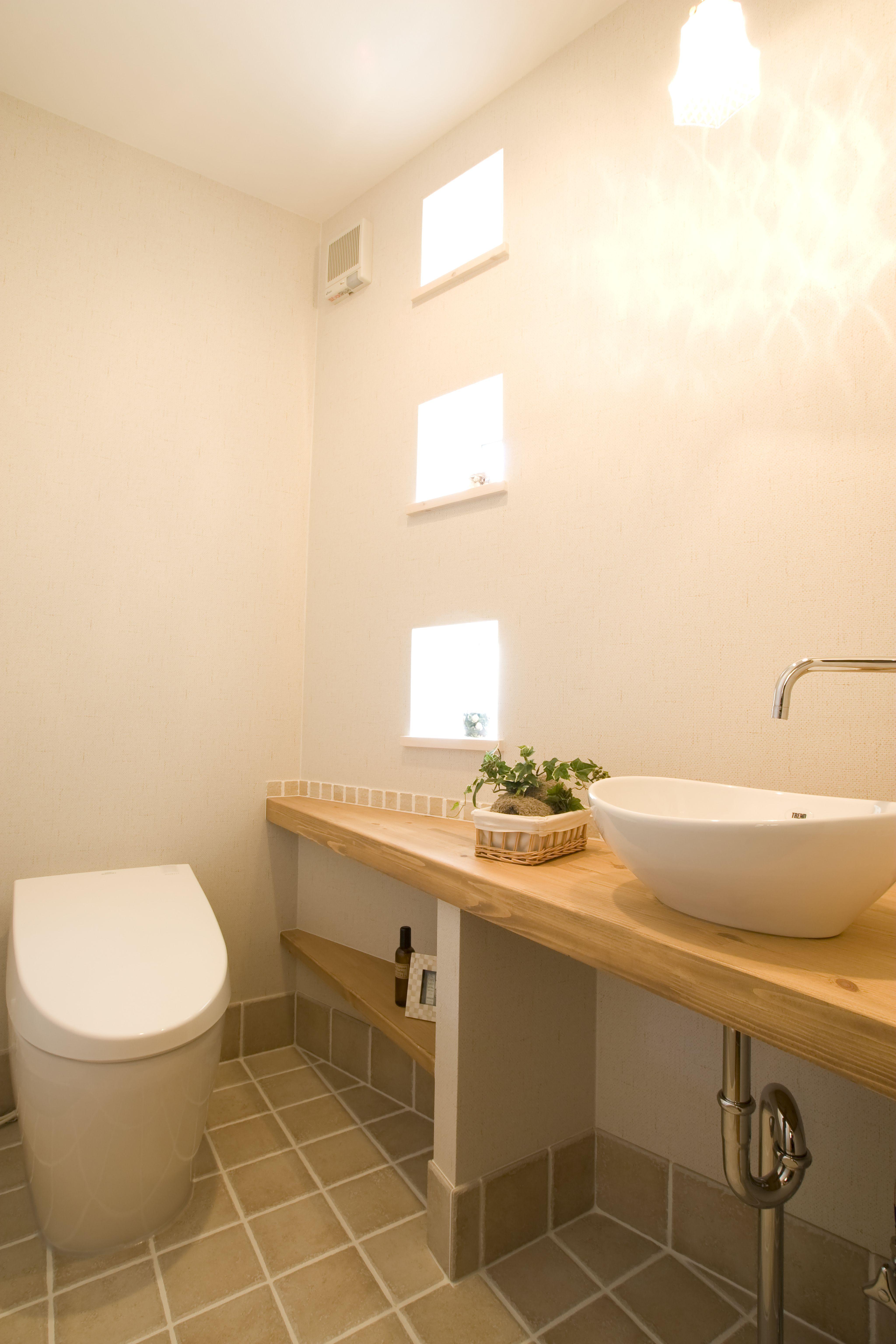 Totate Housing L Washroom 小窓があるかわいいトイレ トータテ 広島 新築 注文住宅 おしゃれ トイレ かわいい トイレ壁紙 トイレ おしゃれ トイレのデザイン 注文住宅