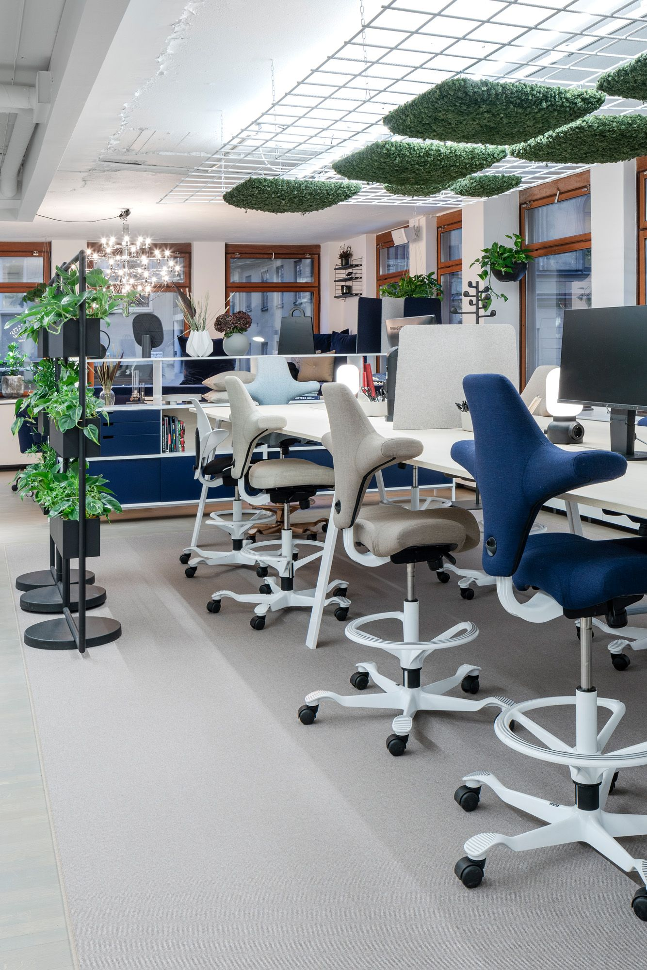Task Chair Capisco 8106 From Hag At Senab S Stockholm Office Inspired By A Horseback Rider S Posture Its Pioneering Saddle Seat Mobelideer Inredning Mobler