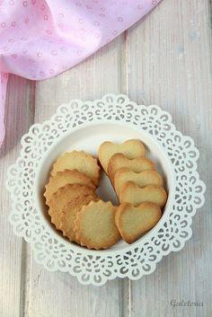 Estas  galletas de mantequilla  son muy fáciles  de preparar, en pocos minutos tendréis la masa que sirve de base para preparar galletas ...