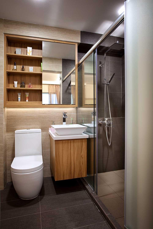 Banheiro com destaque para armário superior com porta espelhada de ...