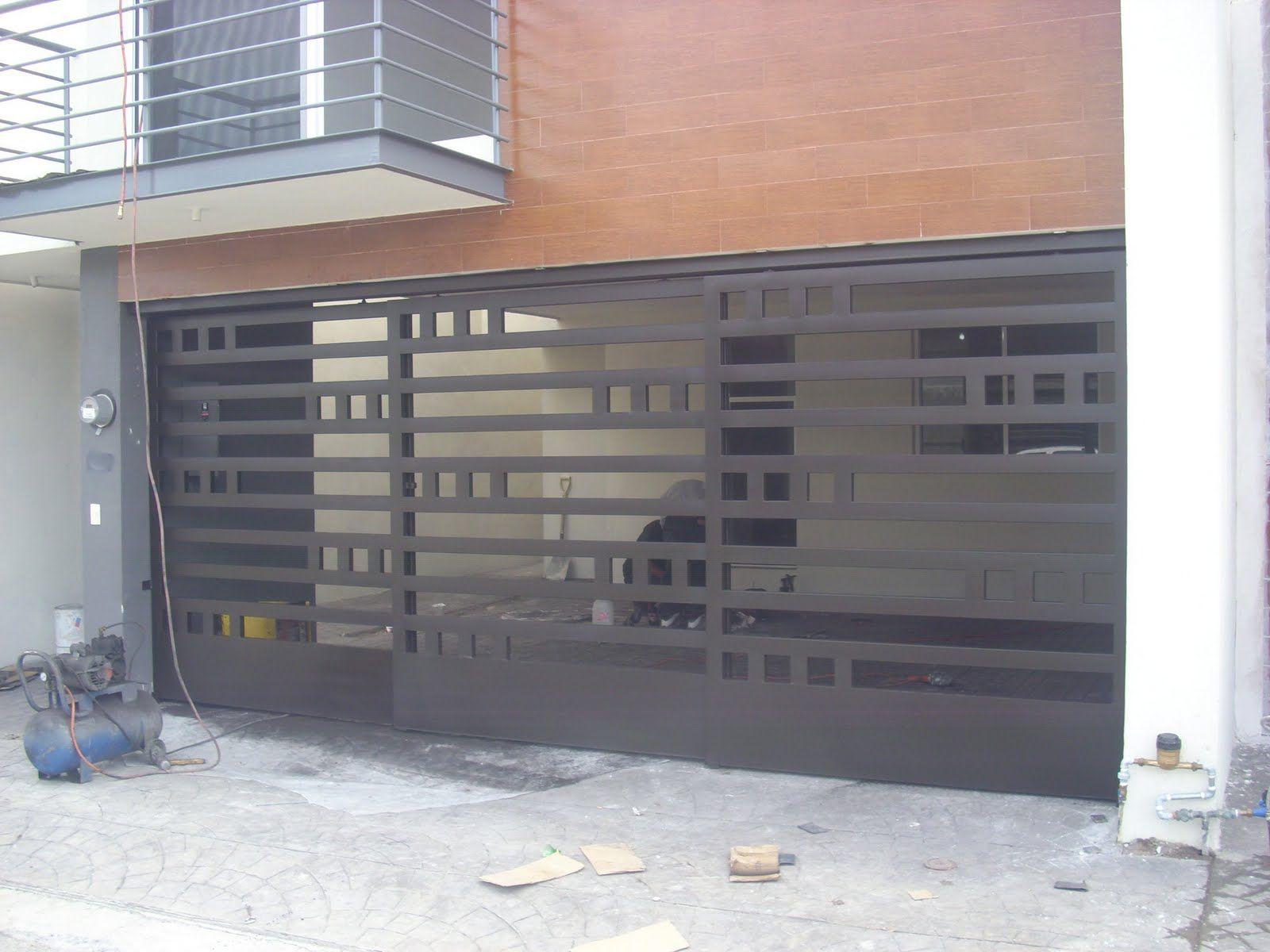 Portones y barandales port n corredizo de tres hojas for Disenos de puertas para casas modernas