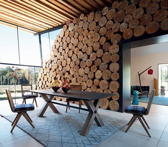L\'aspect brut du bois naturel se magnifie lorsqu\'un pan de mur ...