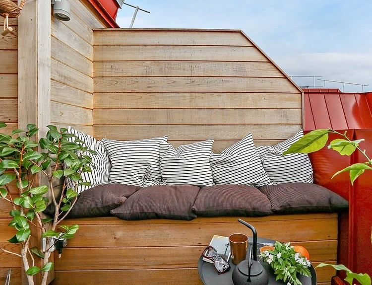 kleine terrasse mit windschutz und sofa aus holz windschutz pinterest kleine terrasse. Black Bedroom Furniture Sets. Home Design Ideas