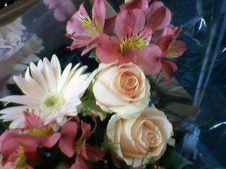 Arranjo de rosas, gérberas e alstroemeria. Ficam perfeitos para decorar.