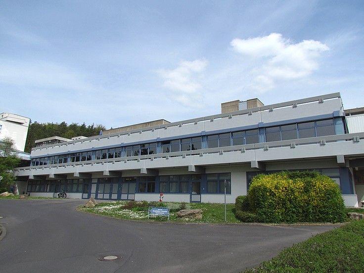 Neu renovierte Außenfassade des Rehabilitations- und Präventionszentrum mit angeschlossenem Parkhotel im Bayrischen Staatsbad Bad Bocklet.