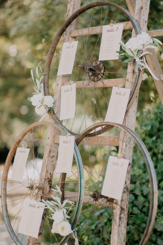 Un plan de table dans l'esprit champêtre avec ces roues de vélos accrochées …